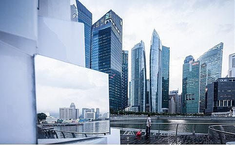 A strategically placed mirror in Marina Bay. Photo courtesy of Samuel He.